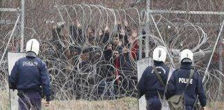 Migranti dal lato turco e polizia greca al confine