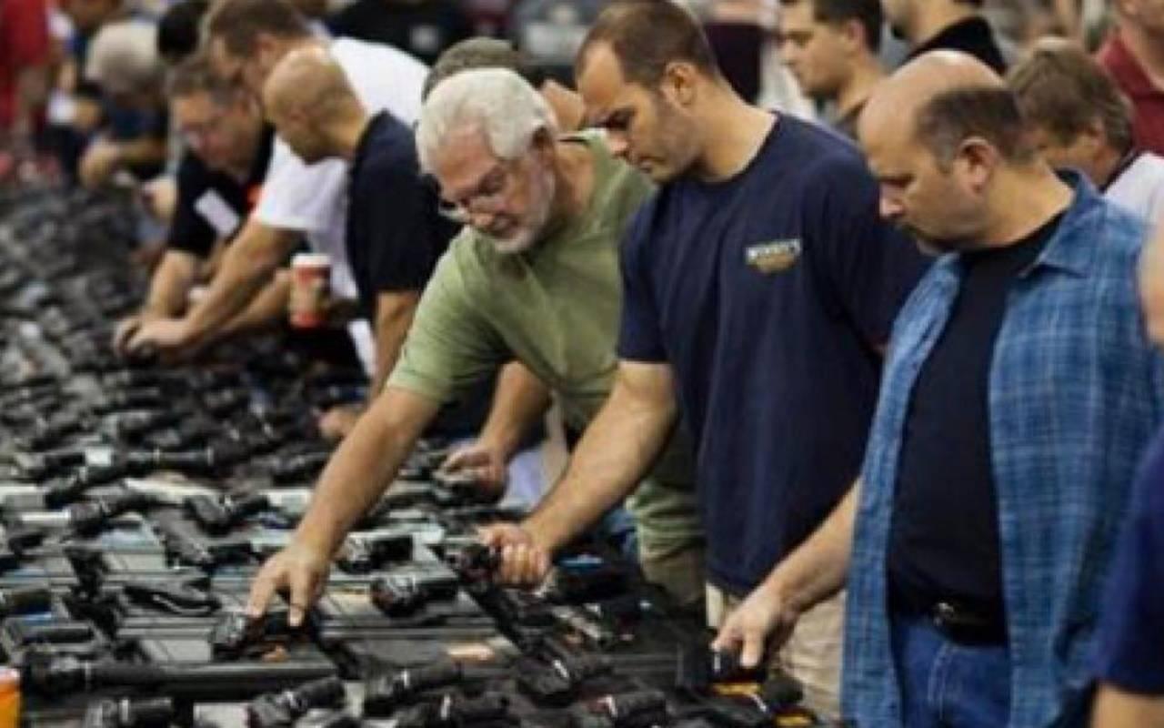 persone intete ad acquistare armi negli Stati Uniti